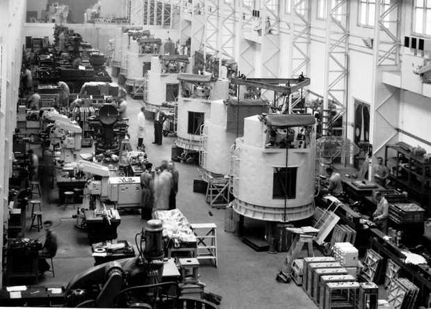 Productiehal van Hollandse Signaalapparaten in 1953. Foto ANP Historisch Archief Community.